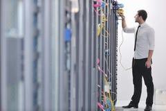 Νέος μηχανικός στο δωμάτιο κεντρικών υπολογιστών datacenter Στοκ φωτογραφία με δικαίωμα ελεύθερης χρήσης