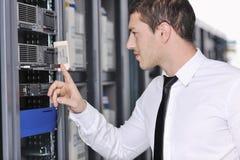 Νέος μηχανικός στο δωμάτιο κεντρικών υπολογιστών datacenter Στοκ Εικόνα
