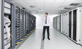 Νέος μηχανικός στο δωμάτιο κεντρικών υπολογιστών datacenter Στοκ Εικόνες