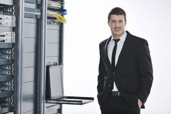 Νέος μηχανικός στο δωμάτιο κεντρικών υπολογιστών datacenter Στοκ φωτογραφίες με δικαίωμα ελεύθερης χρήσης