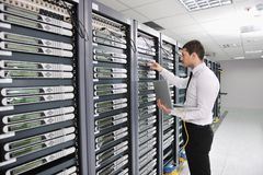 Νέος μηχανικός στο δωμάτιο κεντρικών υπολογιστών datacenter Στοκ Φωτογραφίες