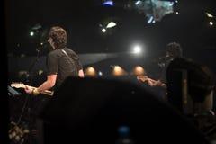 Νέος μουσικός βράχου στην κιθάρα σκηνικού παιχνιδιού στοκ εικόνες