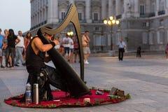 Νέος μουσικός που παίζει μια κελτική άρπα στη Μαδρίτη Στοκ εικόνα με δικαίωμα ελεύθερης χρήσης
