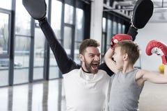 Νέος μπόξερ αγοριών με το λεωφορείο του στην κατάρτιση Στοκ φωτογραφία με δικαίωμα ελεύθερης χρήσης