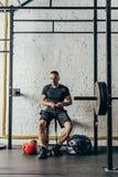 Νέος μπόξερ με τον αθλητικό εξοπλισμό Στοκ Φωτογραφίες