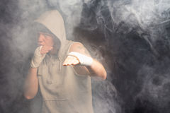 Νέος μπόξερ που επιλύει σε ένα καπνώές δωμάτιο Στοκ φωτογραφίες με δικαίωμα ελεύθερης χρήσης
