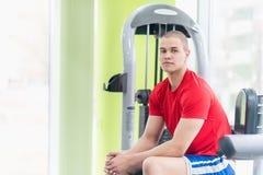 Νέος μυϊκός αθλητής στη γυμναστική Στοκ Εικόνες