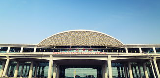 Νέος νότιος σιδηροδρομικός σταθμός Guangzhou στο καντόνιο Κίνα, σύγχρονη οικοδόμηση του σταθμού τρένου, τερματικό ραγών Στοκ εικόνες με δικαίωμα ελεύθερης χρήσης