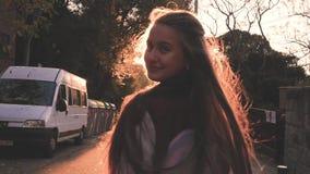 Νέος ξανθός έφηβος που περπατά κατά τη διάρκεια του καταπληκτικού ηλιοβασιλέματος Η όμορφη μετατροπή κοριτσιών γύρω, χαμόγελο σε  απόθεμα βίντεο