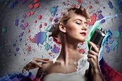 Νέος ξανθός θηλυκός τραγουδιστής με το μικρόφωνο Στοκ εικόνες με δικαίωμα ελεύθερης χρήσης
