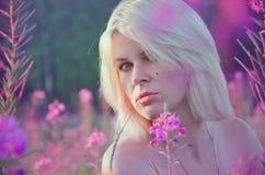 Νέος ξανθός με τα λουλούδια Στοκ Φωτογραφία
