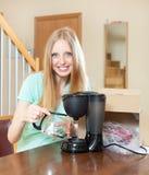 Νέος ξανθός με το νέο ηλεκτρικό κατασκευαστή καφέ στο σπίτι Στοκ Εικόνες