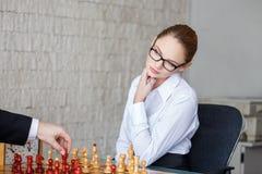 Νέος ξανθός προσέχοντας επιχειρηματίας επιχειρηματιών στο σκάκι Στοκ Φωτογραφίες