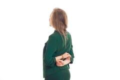 Νέος ξανθός στις πράσινες στάσεις σακακιών πίσω στα χέρια καμερών πίσω από τις πλάτες τους Στοκ Εικόνες