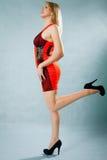 Νέος ξανθός φορώντας ένα κόκκινο φόρεμα Στοκ Εικόνα