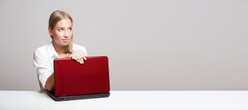 Νέος ξανθός χρήστης υπολογιστών Στοκ εικόνες με δικαίωμα ελεύθερης χρήσης