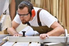 Νέος ξυλουργός στις εργασίες λειτουργώντας ενδυμάτων joinery σε ένα SAN Στοκ φωτογραφίες με δικαίωμα ελεύθερης χρήσης