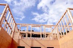 νέος ξύλινος σπιτιών κατα&sigma Στοκ φωτογραφίες με δικαίωμα ελεύθερης χρήσης