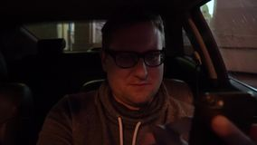 Νέος οδηγός που χρησιμοποιεί ένα smartphone μέσα στο αυτοκίνητό του φιλμ μικρού μήκους