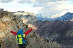 Νέος ορεσίβιος που στέκεται με το σακίδιο πλάτης πάνω από ένα βουνό Στοκ φωτογραφία με δικαίωμα ελεύθερης χρήσης
