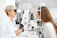 Νέος οφθαλμολόγος που ελέγχει το υπομονετικό όραμα ` s Στοκ εικόνες με δικαίωμα ελεύθερης χρήσης