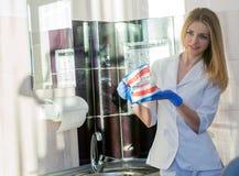 Νέος οδοντίατρος στο γραφείο του με το ανατομικό πρότυπο σαγονιών Στοκ Εικόνα