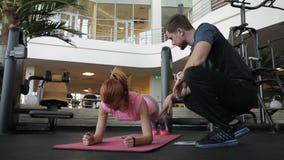 Νέος ο lagy κάνει τη σανίδα και ο αρσενικός καναπές της την βοηθά στη γυμναστική φιλμ μικρού μήκους