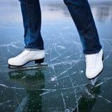 Νέος πάγος γυναικών που κάνει πατινάζ υπαίθρια σε μια λίμνη Στοκ Φωτογραφίες
