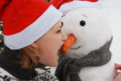 Νέος παίζοντας χιονάνθρωπος γυναικών Στοκ φωτογραφία με δικαίωμα ελεύθερης χρήσης