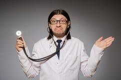 Νέος παθολόγος με το στηθοσκόπιο ενάντια σε γκρίζο Στοκ φωτογραφία με δικαίωμα ελεύθερης χρήσης