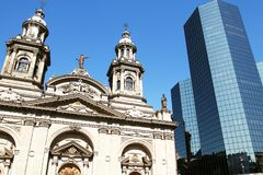νέος παλαιός Μητροπολιτικός καθεδρικός ναός του Σαντιάγο, Αρχιεπίσκοπος του Σαντιάγο de Χιλή armas de plaza Χιλή Στοκ εικόνα με δικαίωμα ελεύθερης χρήσης