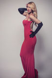 Νέος πανέμορφος καυκάσιος ξανθός στο κόκκινο φόρεμα φανείτε αναδρομικός Στοκ εικόνες με δικαίωμα ελεύθερης χρήσης