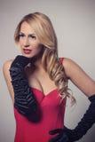 Νέος πανέμορφος καυκάσιος ξανθός στο κόκκινο φόρεμα φανείτε αναδρομικός Στοκ εικόνα με δικαίωμα ελεύθερης χρήσης