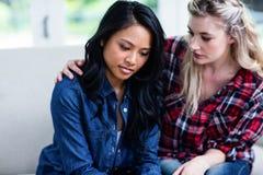 Νέος παρηγορώντας καταθλιπτικός θηλυκός φίλος γυναικών Στοκ Εικόνες