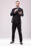 Νέος παρουσιαστής σόουμαν με το μικρόφωνο στο άσπρο κλίμα Στοκ εικόνα με δικαίωμα ελεύθερης χρήσης