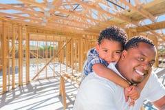 Νέος πατέρας αφροαμερικάνων και μικτός γιος φυλών στην περιοχή μέσα Στοκ εικόνες με δικαίωμα ελεύθερης χρήσης