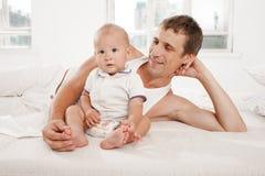 Νέος πατέρας με εννέα μηνών γιων του στοκ εικόνα με δικαίωμα ελεύθερης χρήσης