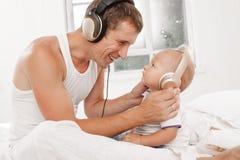 Νέος πατέρας με εννέα μηνών SOM του Στοκ Εικόνα