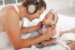Νέος πατέρας με εννέα μηνών SOM του Στοκ εικόνες με δικαίωμα ελεύθερης χρήσης