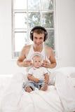Νέος πατέρας με εννέα μηνών SOM του Στοκ φωτογραφία με δικαίωμα ελεύθερης χρήσης