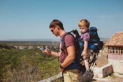 Νέος πατέρας με λίγο γιο που ταξιδεύει στη antic πόλη Στοκ Εικόνα