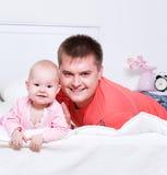Νέος πατέρας με να βρεθεί μωρών χαμόγελου Στοκ Φωτογραφίες