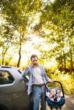 Νέος πατέρας με το μικρό μωρό του που πηγαίνει στο αυτοκίνητο Στοκ φωτογραφία με δικαίωμα ελεύθερης χρήσης