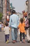Νέος πατέρας με δύο παιδιά του, Πεκίνο, Κίνα Στοκ φωτογραφία με δικαίωμα ελεύθερης χρήσης