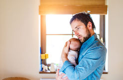 Νέος πατέρας που κρατά το νεογέννητο γιο μωρών του στο βραχίονά του Στοκ φωτογραφία με δικαίωμα ελεύθερης χρήσης