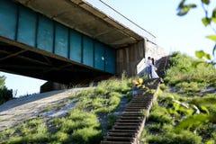Νέος περίπατος νυφών και νεόνυμφων στη φύση Στοκ φωτογραφία με δικαίωμα ελεύθερης χρήσης