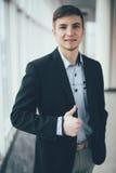 Νέος πηγαίνοντας αντίχειρας επιχειρησιακών ατόμων επάνω στο γραφείο Στοκ Φωτογραφίες