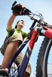 Νέος ποδηλάτης στο πάρκο Στοκ Εικόνες