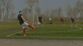 Νέος ποδοσφαιριστής που εκτελεί το λάκτισμα γωνιών φιλμ μικρού μήκους
