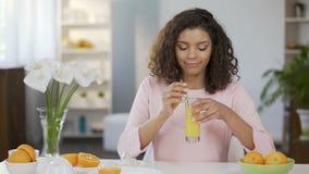 Νέος πολυφυλετικός θηλυκός χυμός κατανάλωσης από το γυαλί, υγιές, βιταμίνες απόθεμα βίντεο
